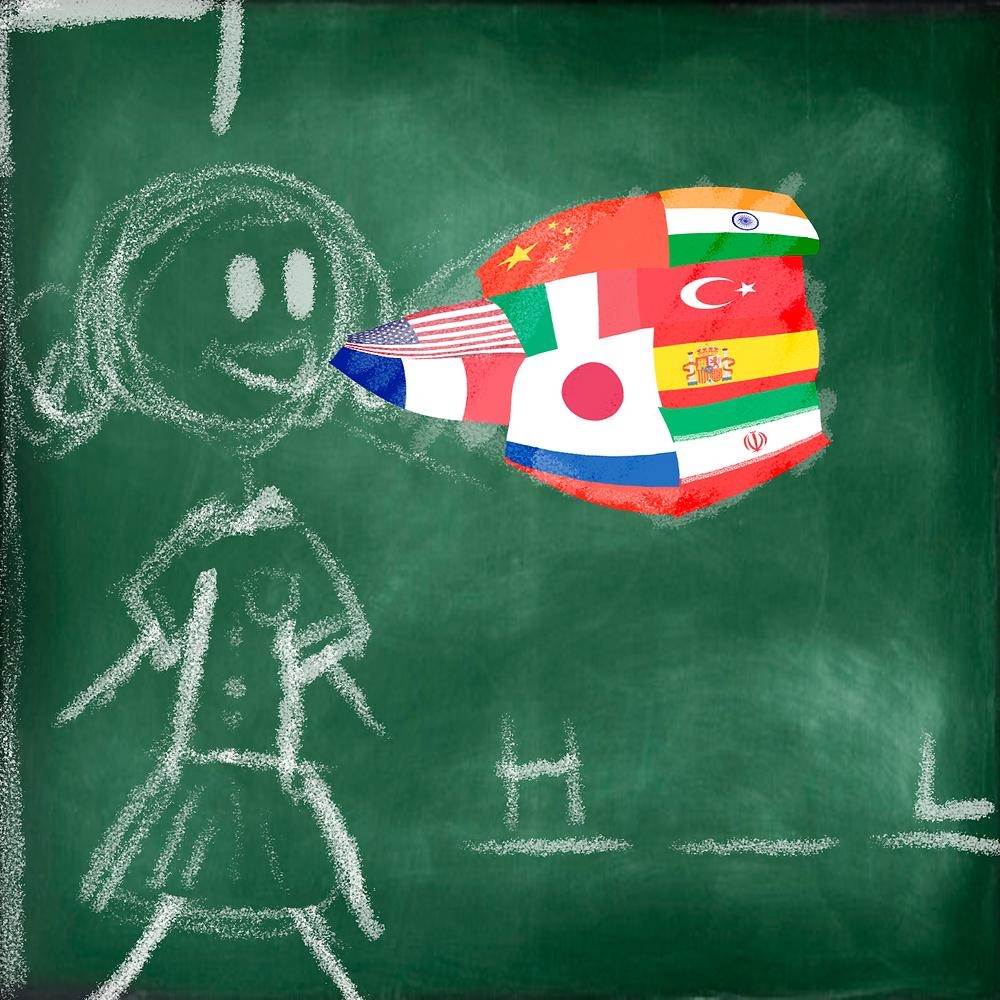 Em uma lousa escolar, há um desenho de uma bonequinha, como em um jogo da forca. Da sua boca, sai um balãozinho com várias bandeiras de países diferentes.