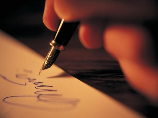 Caneta tinteiro escrevendo num papel