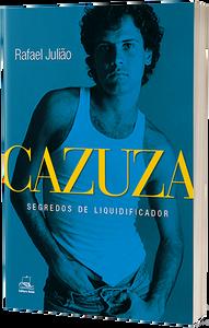 """Capa do livro """"Cazuza: segredos de liquidificador"""". Foto do Cazuza de camiseta branca, mãos nos bolsos, em fundo azul."""