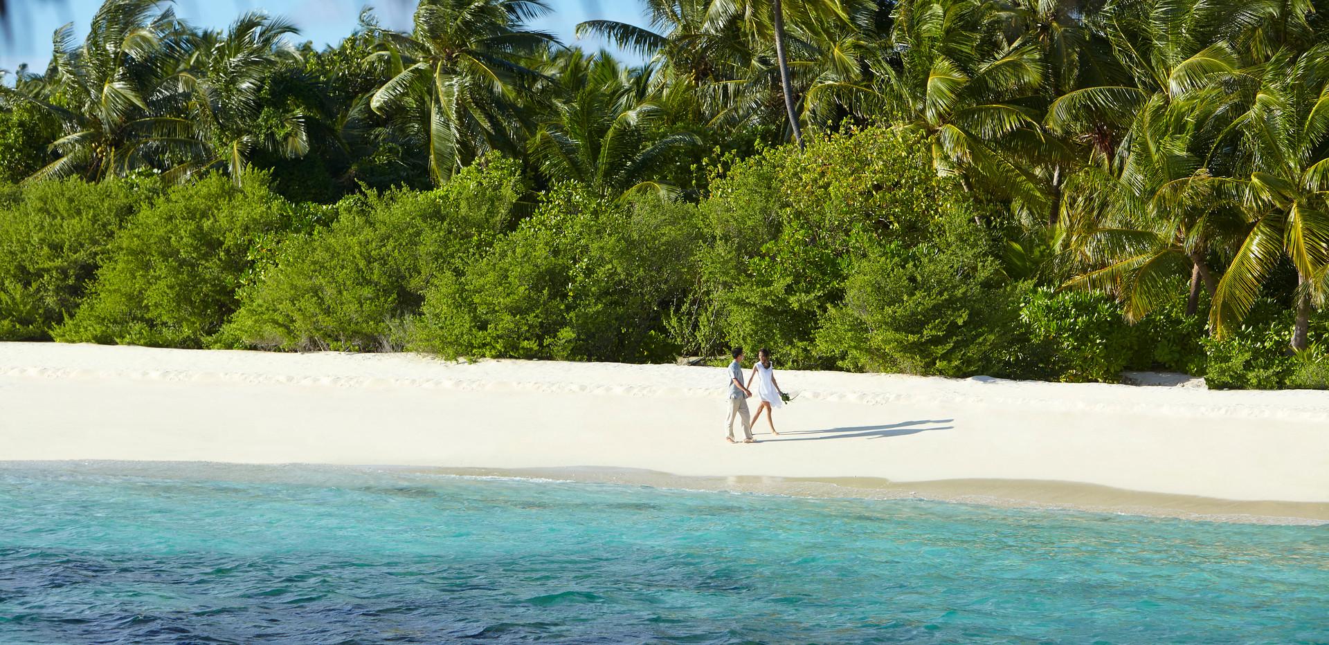 dusit-thani-maldives_wedding_couple-on-b