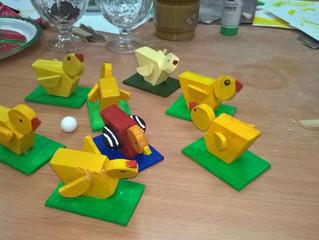 Wielkanocne kurczaki z drewna.