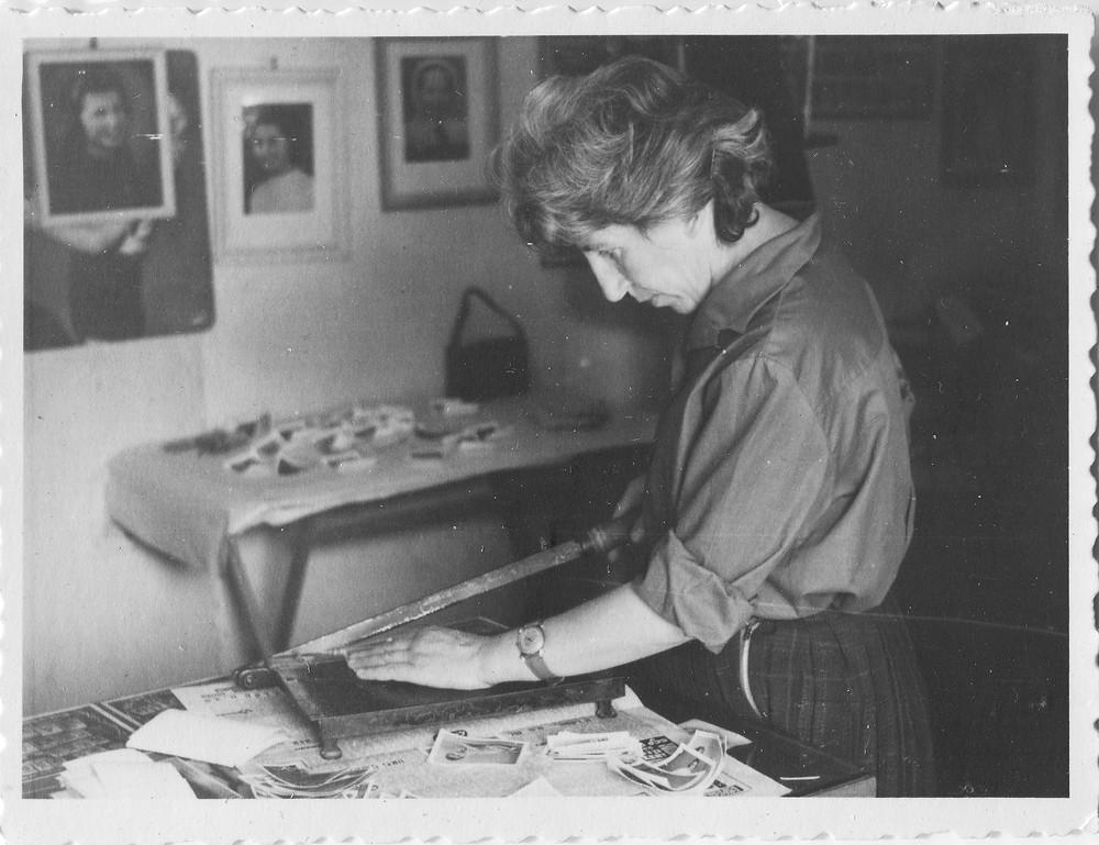 רוניה שוסטר בחנות הצילום בגדרה 1960