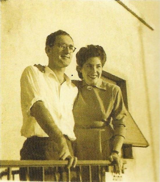 האחות יוכי והרופא סטנלי לוין ביום חתונתם בגדרה