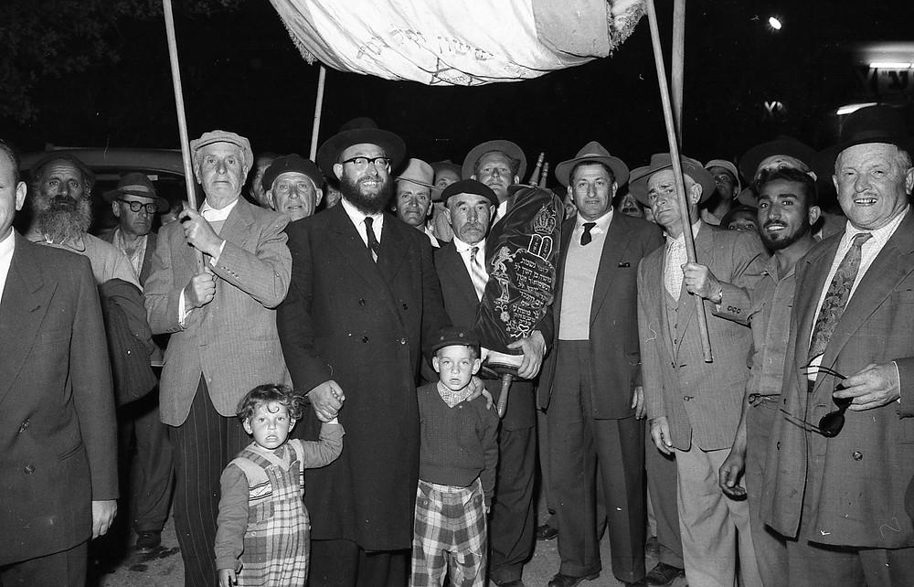 הכנסת ספר תורה על ידי יוסף פאלק, גדרה 1961