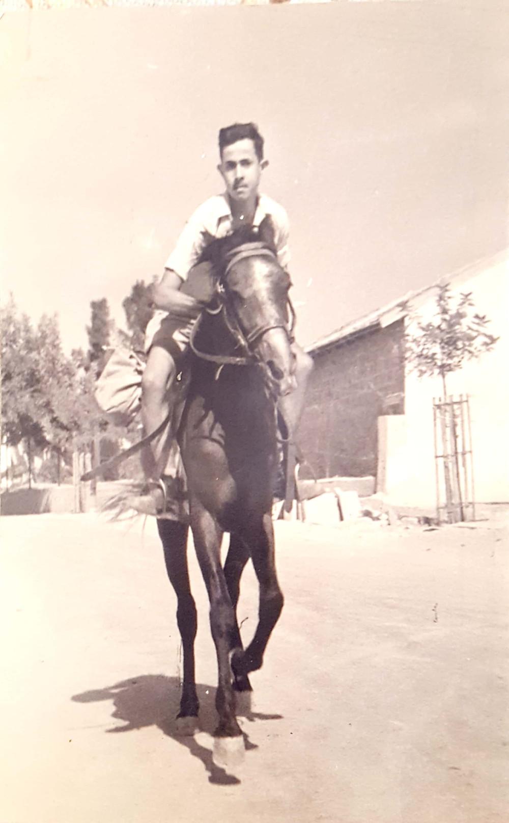 אהרון מלר בצעירותו רוכב על סוס במושבה גדרה