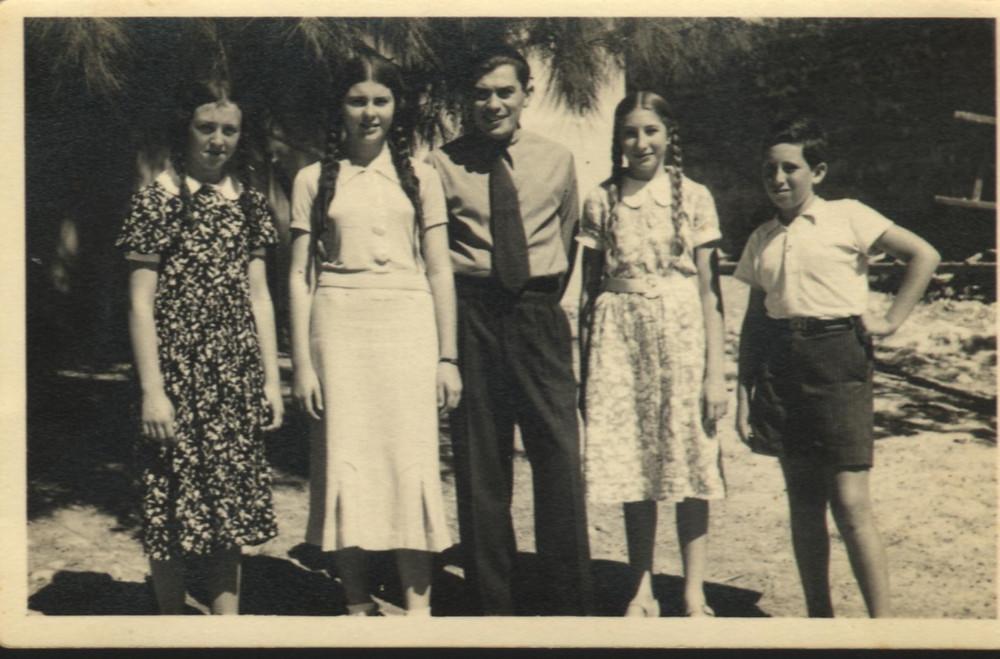 ראובן , מימין, בבית הספר בגדרה עם המורה ותלמידות כיתתו