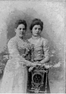 בת שבע (מימין) ואחותה אסתר ייבין