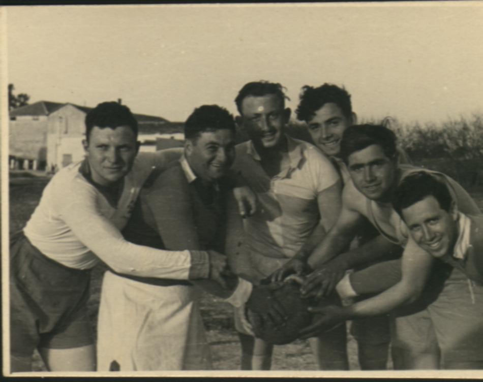 ראובן עם חברים במשחק כדורגל
