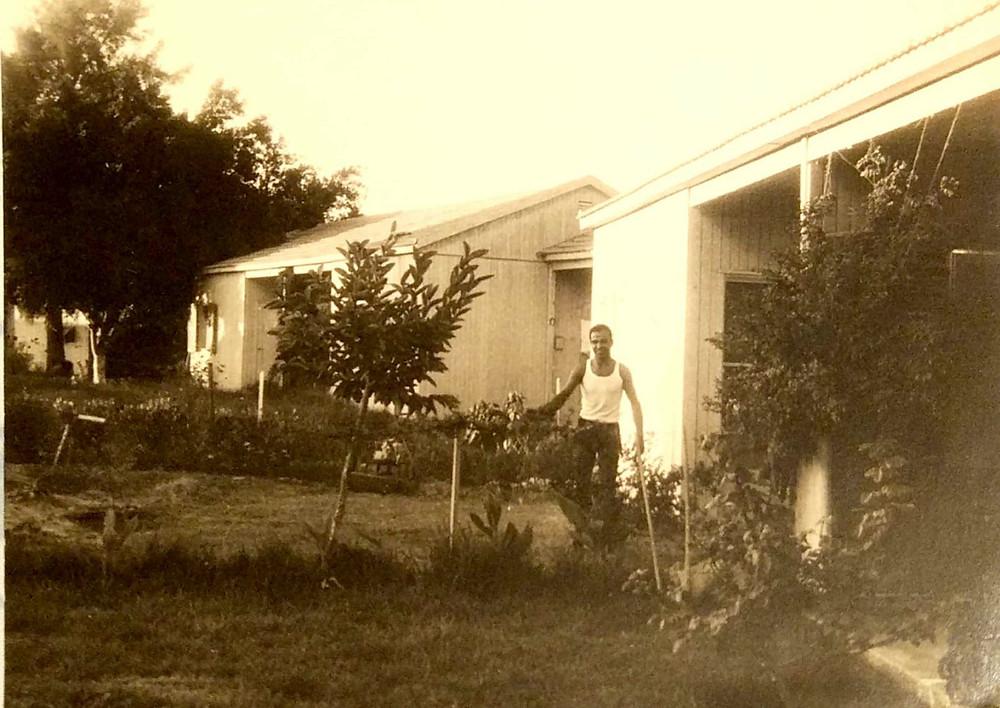 אריה חגיגית ליד ביתו בשיכון צבא הקבע בגדרה