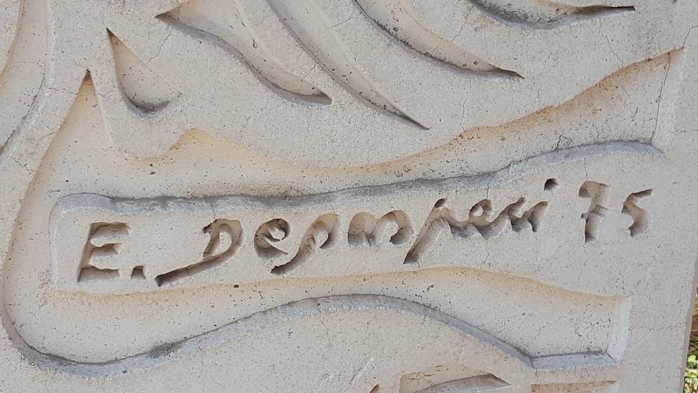 חתימת האומן דגספרי על האנדרטה