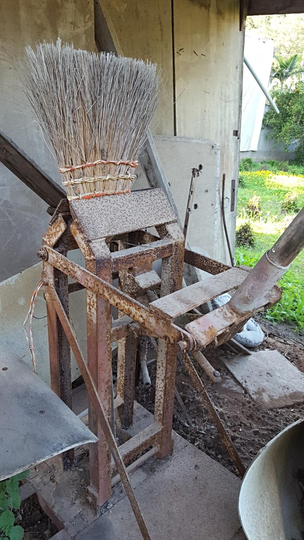 מכונה לייצור מטאטאים שהיתה שייכת לדוד סינואני