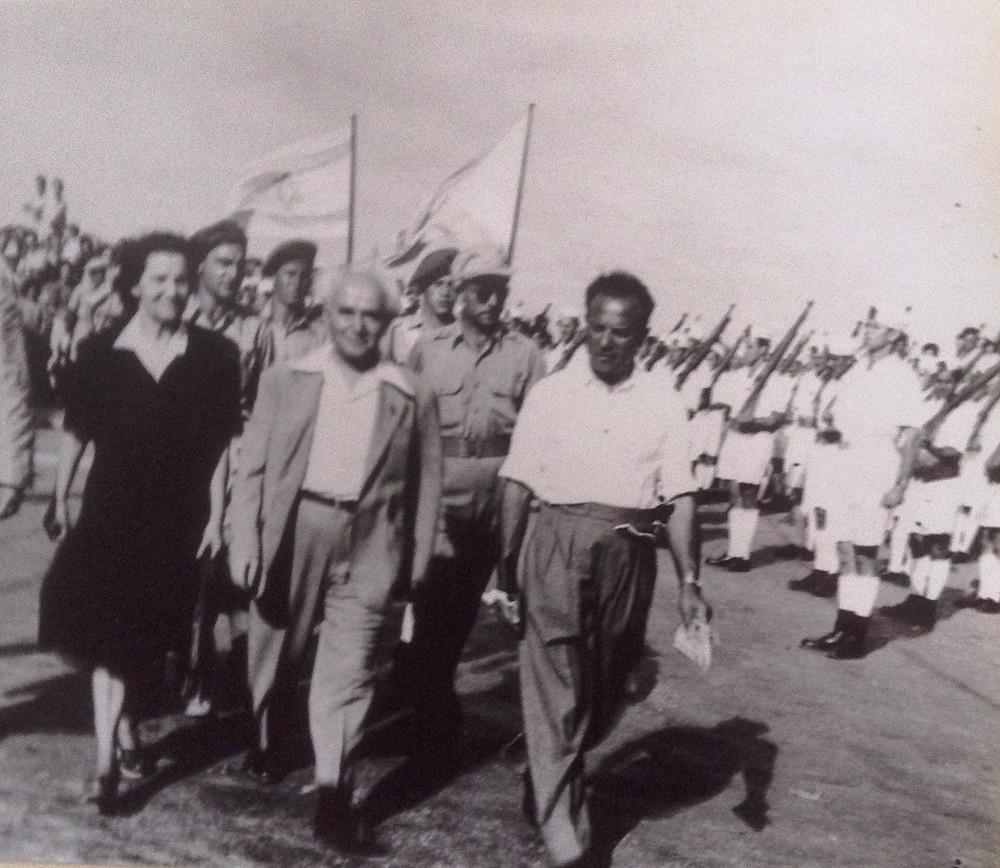 דוד בן גוריון בטקס חילופי הדגלים 1948
