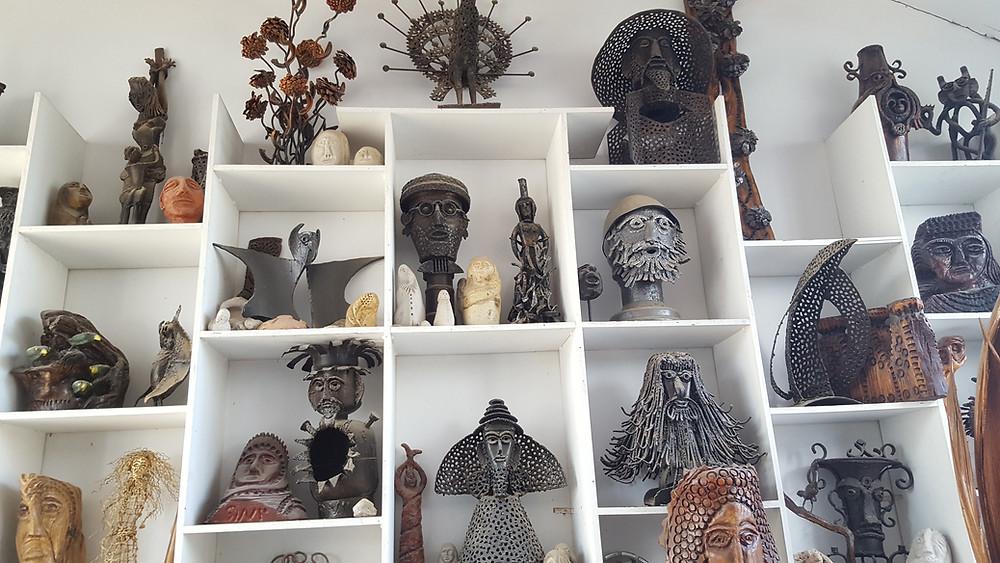 פסלים של הפסל יומה שגב במגוון חומרים