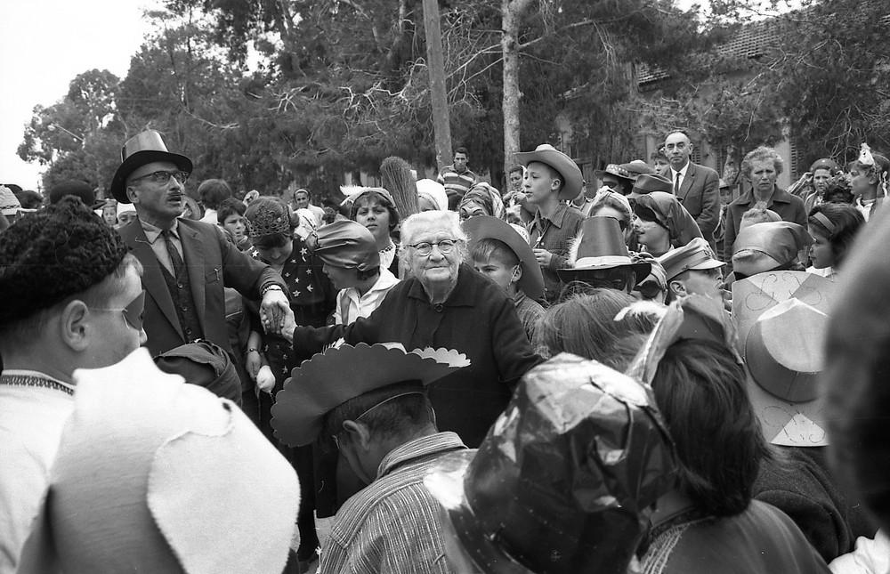 תלמידי בית הספר פינס עם המנהל אריה שוורץ ולאה הנקין , פורים 1964