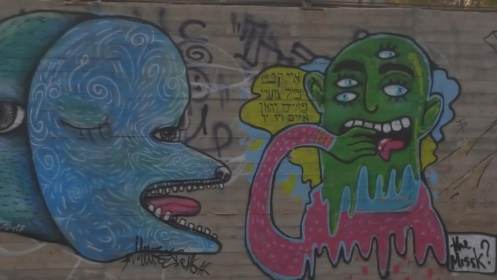 גרפיטי על קיר של חניון בפלורנטין