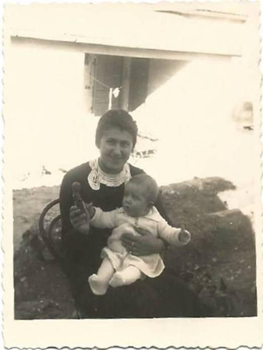לנה נוטמן גדרה שנות השלושים עם התינוקת מרגלית