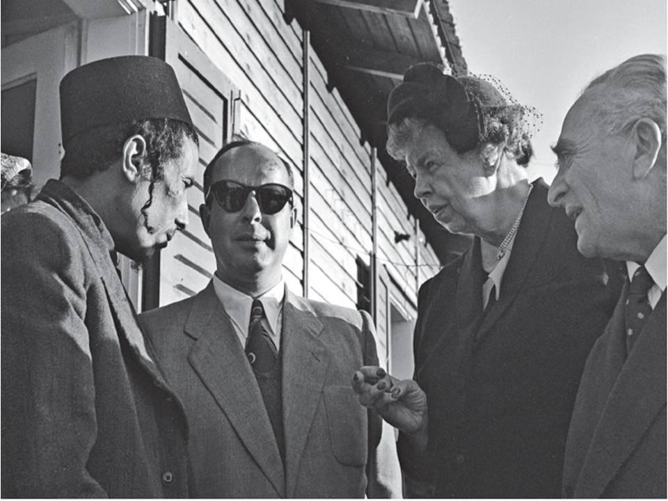אלינור רוזוולט בביקור בכפר אוריאל בשנת 52. צילום פריץ כהן.  משמאל עם הכובע- תושב השכונה: סאלם שלום בשארי
