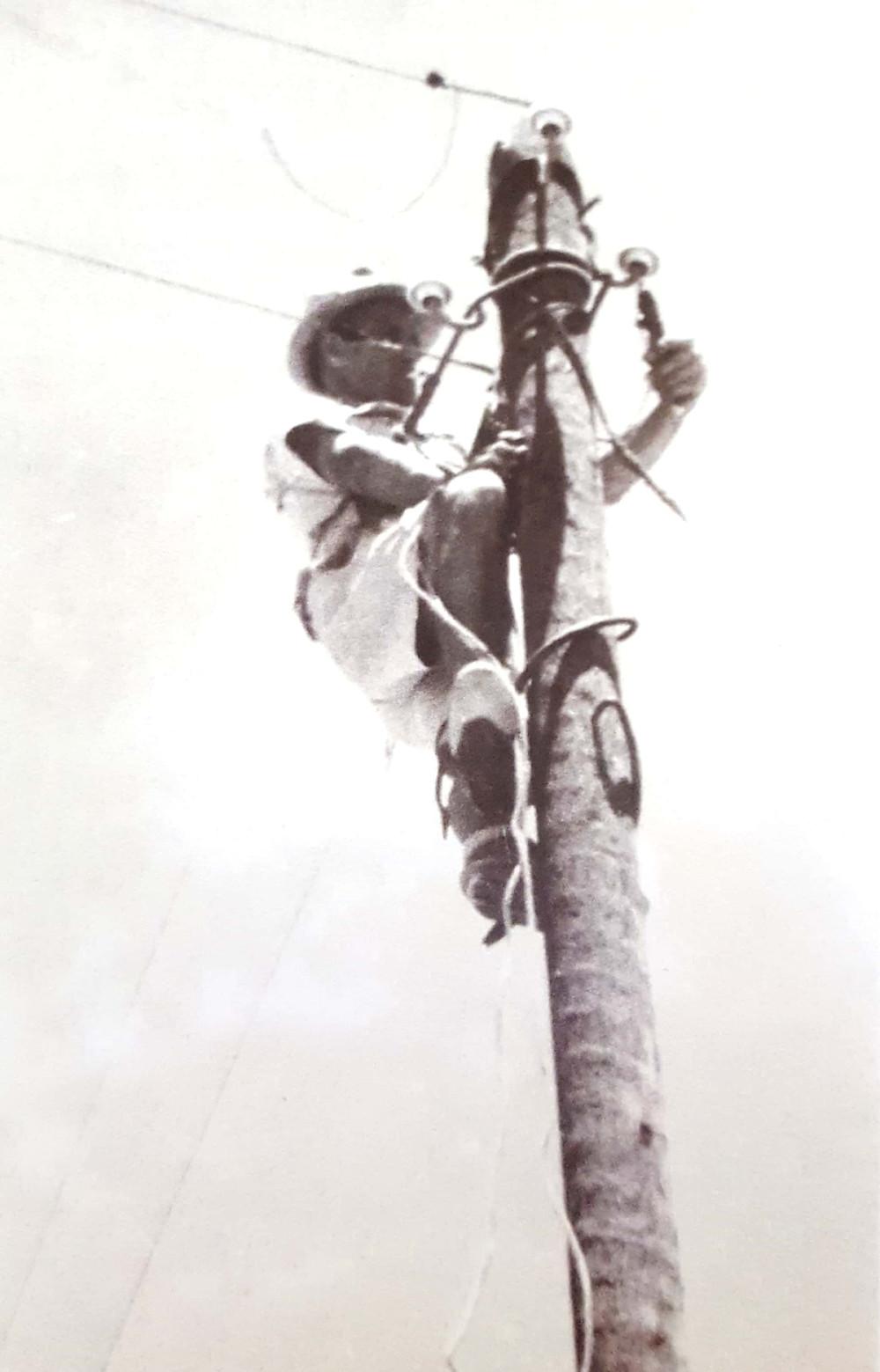 פרנץ קאודר מטפס על עמוד חשמל