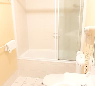 Mango Tree Holiday Apartments Port Douglas accommodation townhouse bathroom