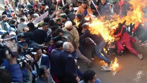 Indian protesters did set themselves on fire but NOT while burning Imran Khan's effigy