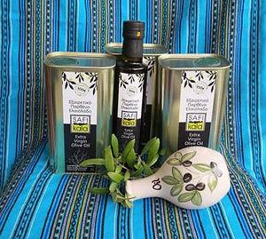 Frisch gepresstes neues natives Olivenöl extra mit Olivenblättern