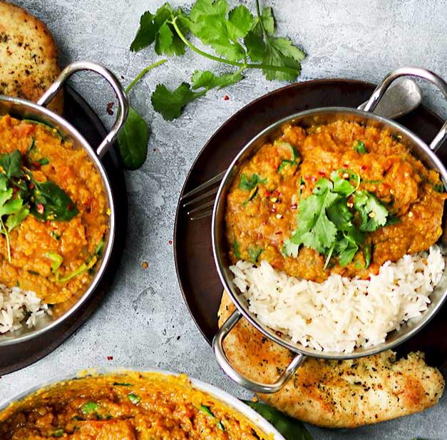 Thaise gele curry met rijst, naanbrood en frisse yogurtdip