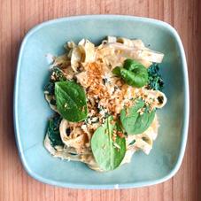 Tagliatelle met citroen roomsaus, spinazie en knoflookkruim