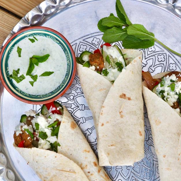 Wraps met falafel, gegrilde groentes, munt en frisse tzatziki