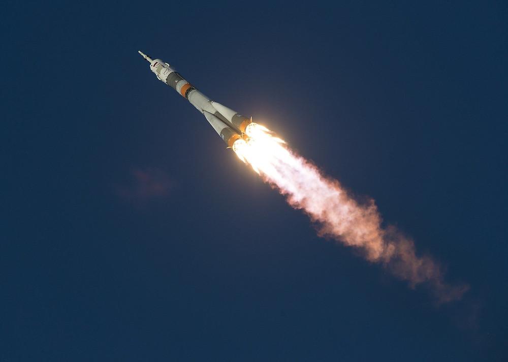 Zur Weltraumbestattung wird ein kleiner Teil der Asche in den Weltraum gebracht.
