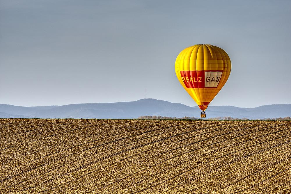 Bei der Luftbestattung wird vom Heißluftballon oder vom Flugzeug aus die Asche des Verstorbenen dem Wind übergeben.