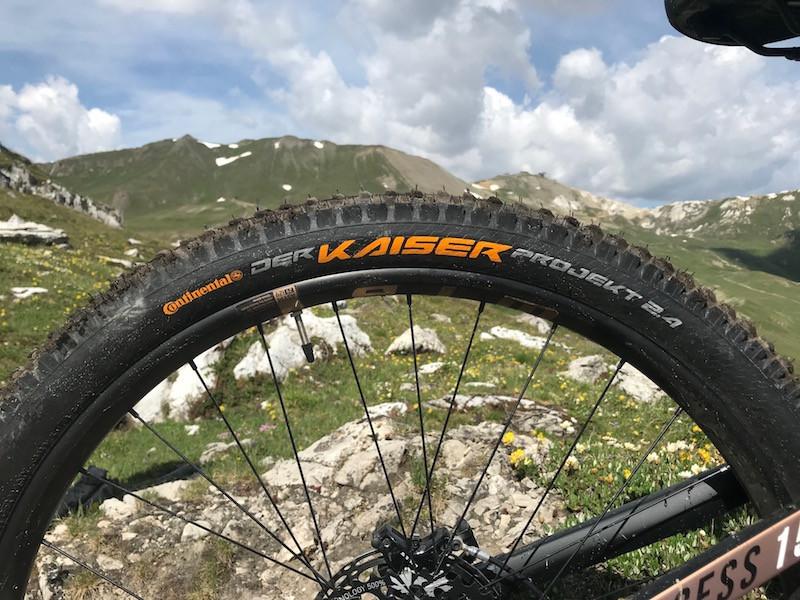 Un pneu Kaiser Continental sur le vélo de Maxime