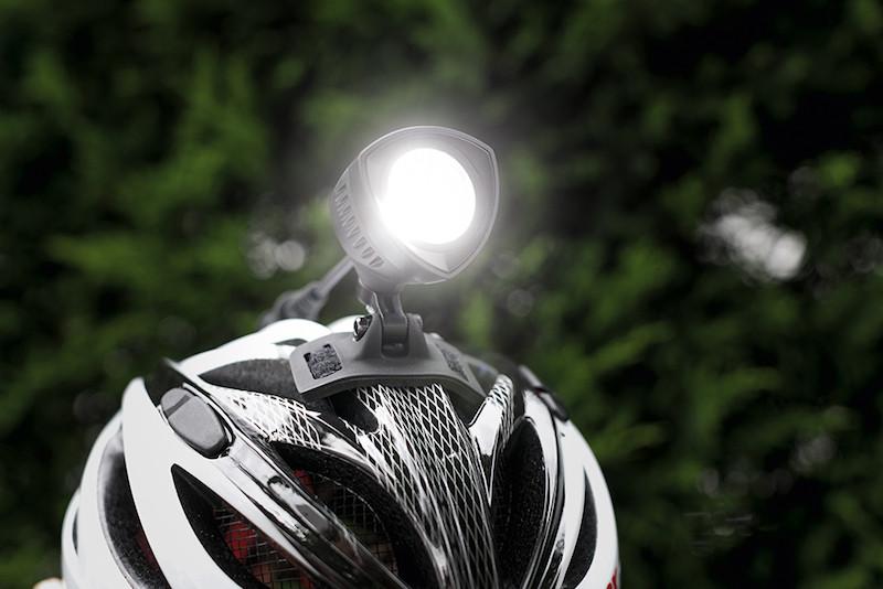éclairage vélo Buster 2000 Sigma fixé au casque