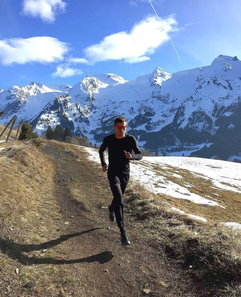 Kevin Rundstadler court sur un trail en montagne