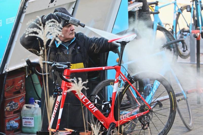 Lavage des vélos chez AG2R