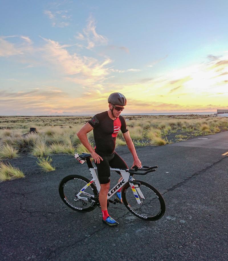 Denis Chevot sur une route d'Hawaii