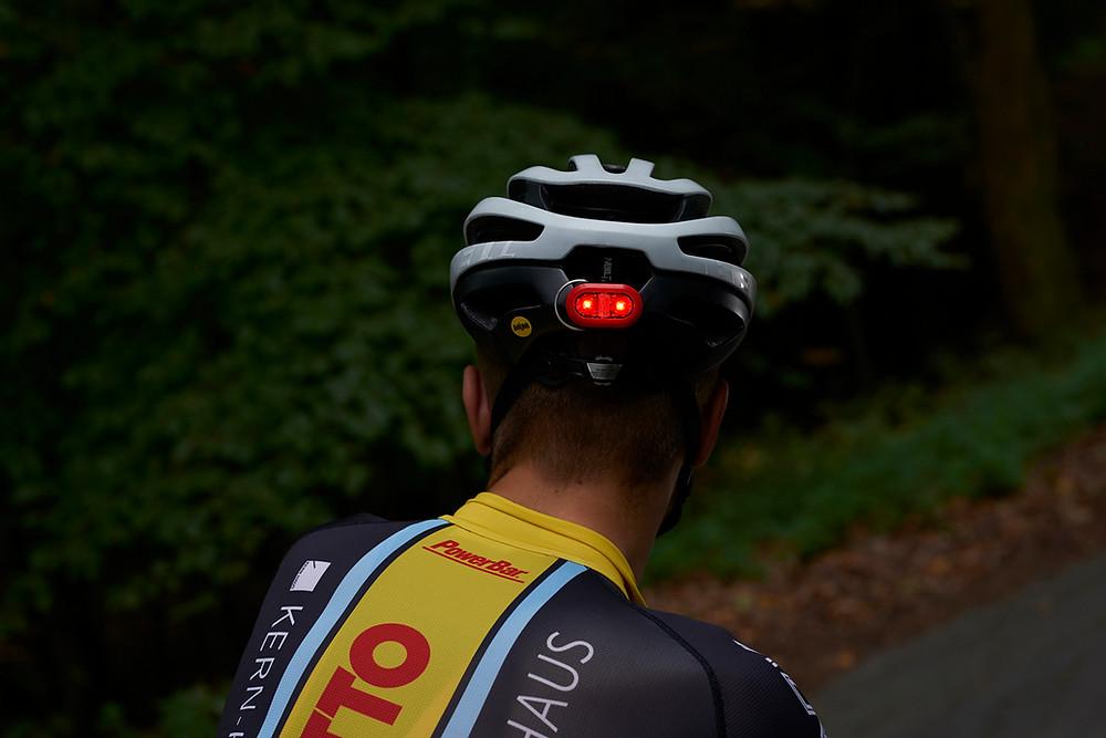 Fixation facile sur un casque de vélo