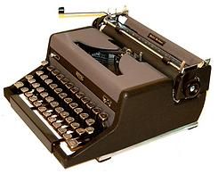 Royal Quiet de Luxe Magic Portable Typewriter