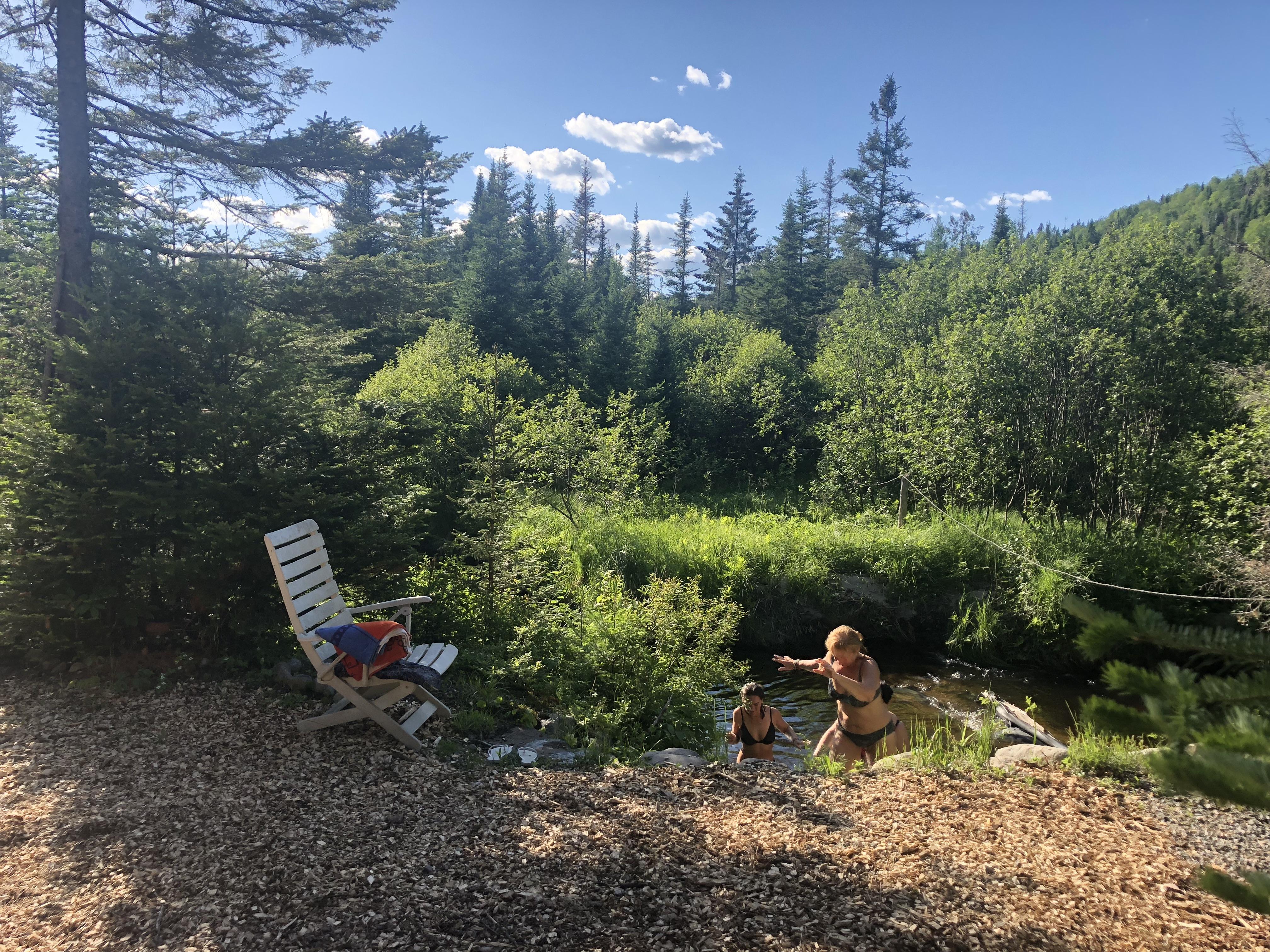 Bain de rivière après la hutte