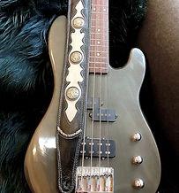 schwarzer Gitarrengurt mit grauem Inlay