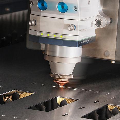 Fiber fémvágó lézer téglalap alakú darabokat vág ki egy fémlemezből