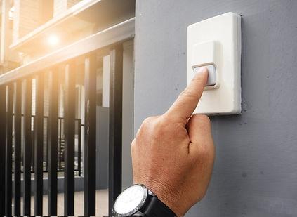 menmen hands press the doorbell..jpg