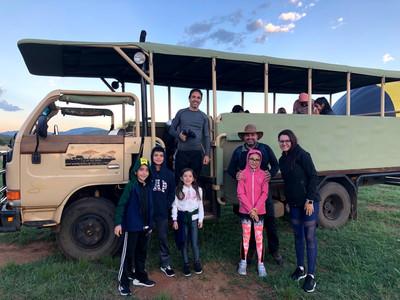 Veículo 4X4 do safari na reserva de Pilanesberg