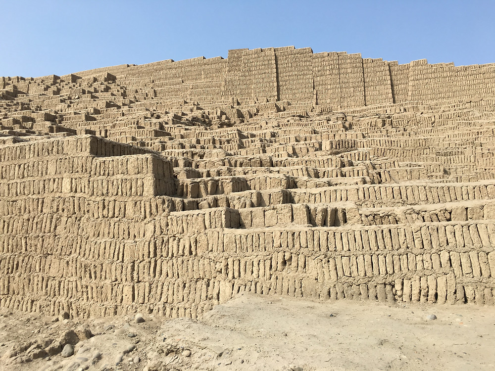 Huaca Pucllana, sítio arqueológico em Lima, Peru, com mais de 1500 anos aberto a visitação e com um restaurante próximo