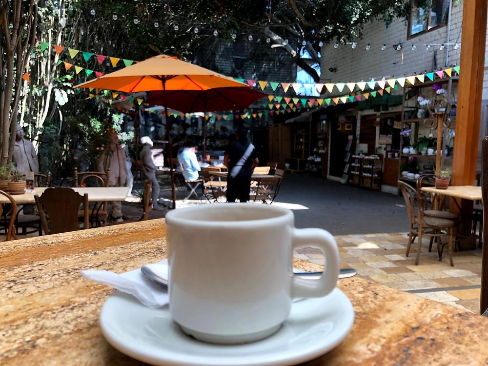Cafezinho da cafeteria na parte externa da loja Dédalo em Lima, Peru