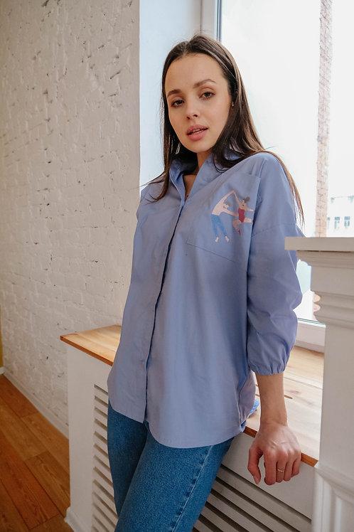 Рубашка с вышивок на кармане.