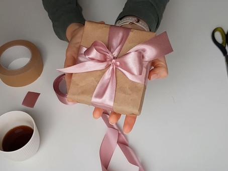 Kā iesaiņot dāvanu ar banti: soli pa solim