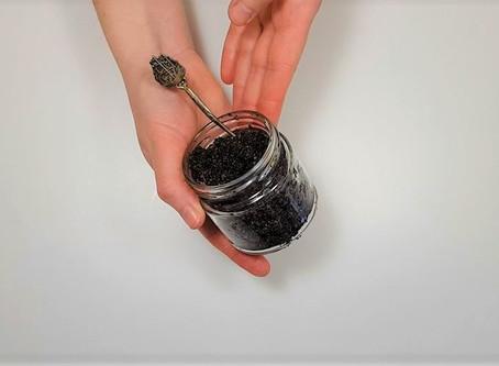 3 sastāvdaļas, 3 minūtes: kafijas-sāls skrubja recepte