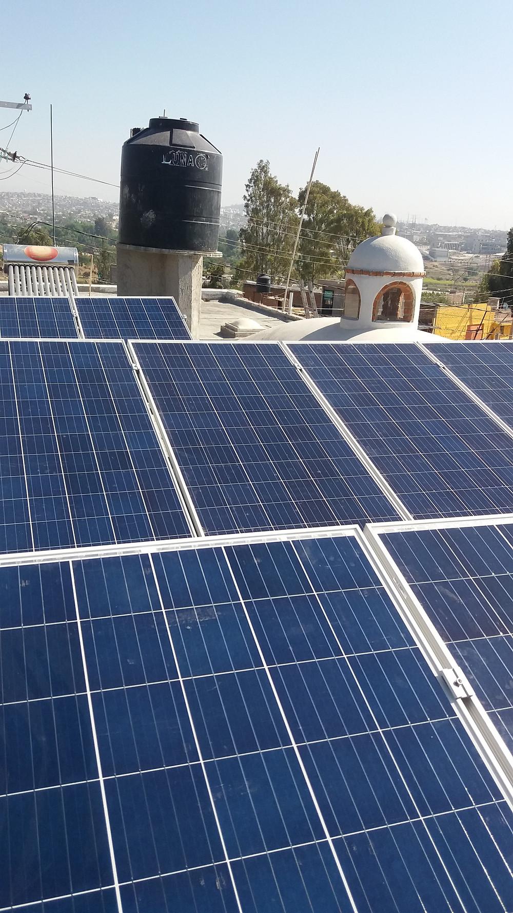 Una de las primeras preguntas cuando pensamos en realizar una instalación solar es ¿Cuánto cuestan los paneles solares?.  Para contestar a esta pregunta hay que tener en cuenta que una instalación funciones no solo bastan los paneles solares, sino se necesitan otros accesorios como el Inversor o microinversor, la estructura, cajas combinadoras y/o gabinestes, protecciones eléctricas, cable fotovoltaico entre otros.  Paneles solares: Los paneles solares tienen un precio en función a su potencia dada en Watts. Para poder comparar el precio entre distintos paneles solares se debe comparar con el índice dólar/watt. Inversor o microinversor: Su precio varía en función a la potencia total que pueden recibir. Estructura: Es recomendable invertir en una estructura que esté garantizada por 20 años y que no vaya a presentar problemas de oxidación y/o par galvánico. Las instalaciones con nuestro herrero de confianza pueden salir caras a largo plazo. Cajas combinadoras: El uso de cajas combinadoras y gabinetes completamente herméticas impedirán el paso de agua, humedad, y pequeños animales que pueden dañar nuestra instalación. El no invertir en este apartado puede traer un corto circuito o algo peor. Protecciones eléctricas: Lo exige la normativa actual  y no es por capricho. Es una manera de proteger nuestra seguridad y la de nuestra vivienda.  De manera global se puede preguntar por el precio de la instalación en Dólar/Watt. Solo con este índice podremos comparar de manera real las propuestas de las distintas empresas que ofrecen instalación de paneles solares. Siempre siendo importante preguntar a detalle todo lo que incluye y estar seguros que con los materiales que suministrarán se cumpla la norma vigente de instalación de paneles solares, por ejemplo cable fotovoltaico, tubería conduit etiqueta amarilla, interruptores termo magnéticos, fusible y portafusibles, etc.