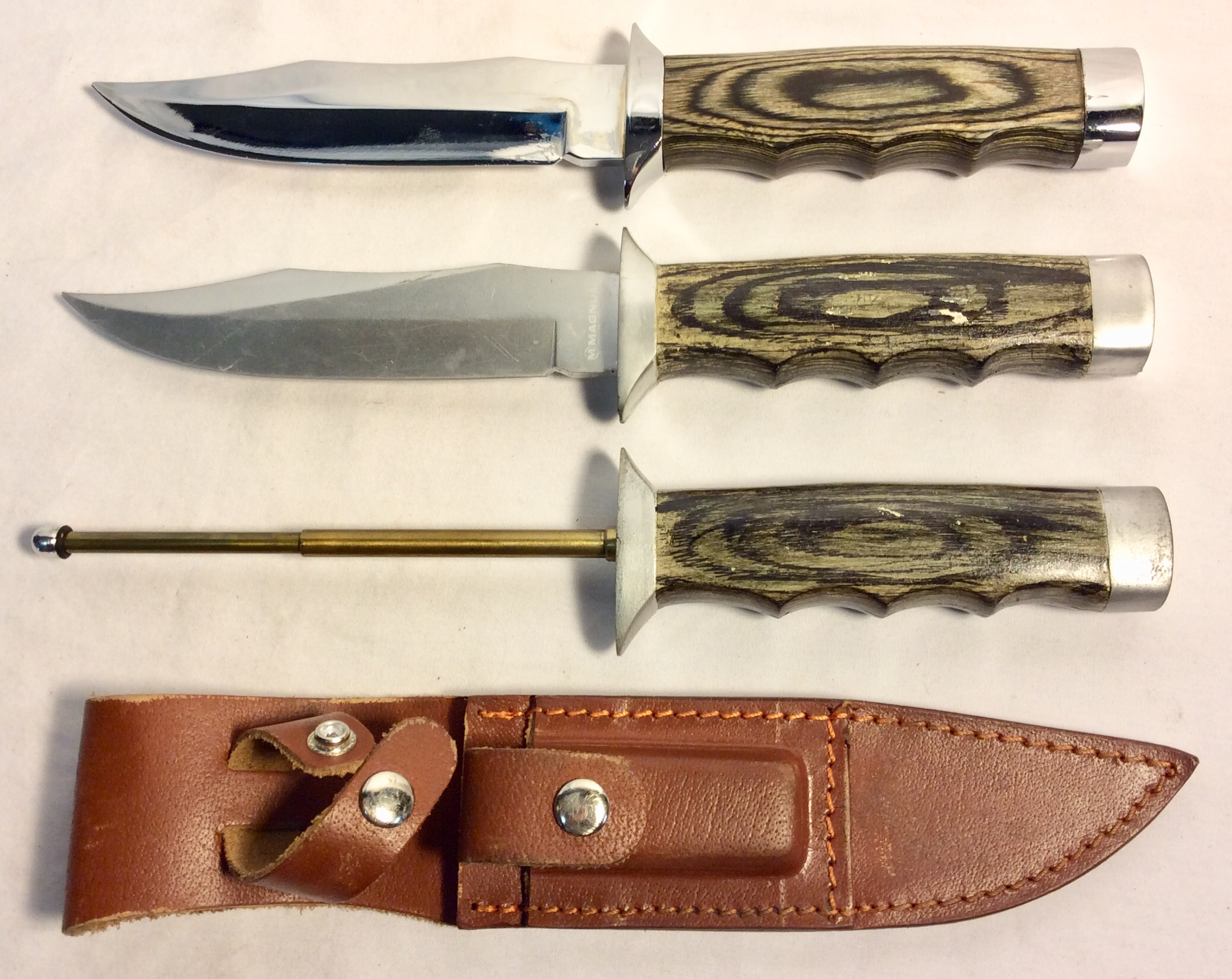 Small hunt knife with wooden handle x3 rubber (one blood stained) x2 real x2 VFX