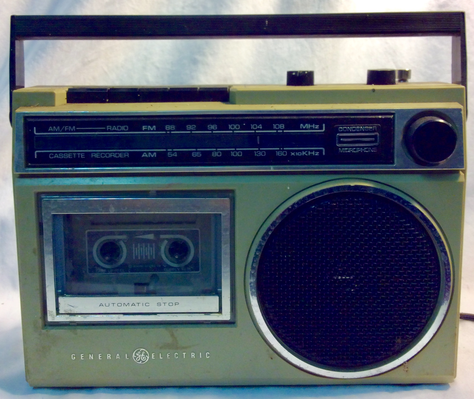 GE portable AM/FM radio and cassete player